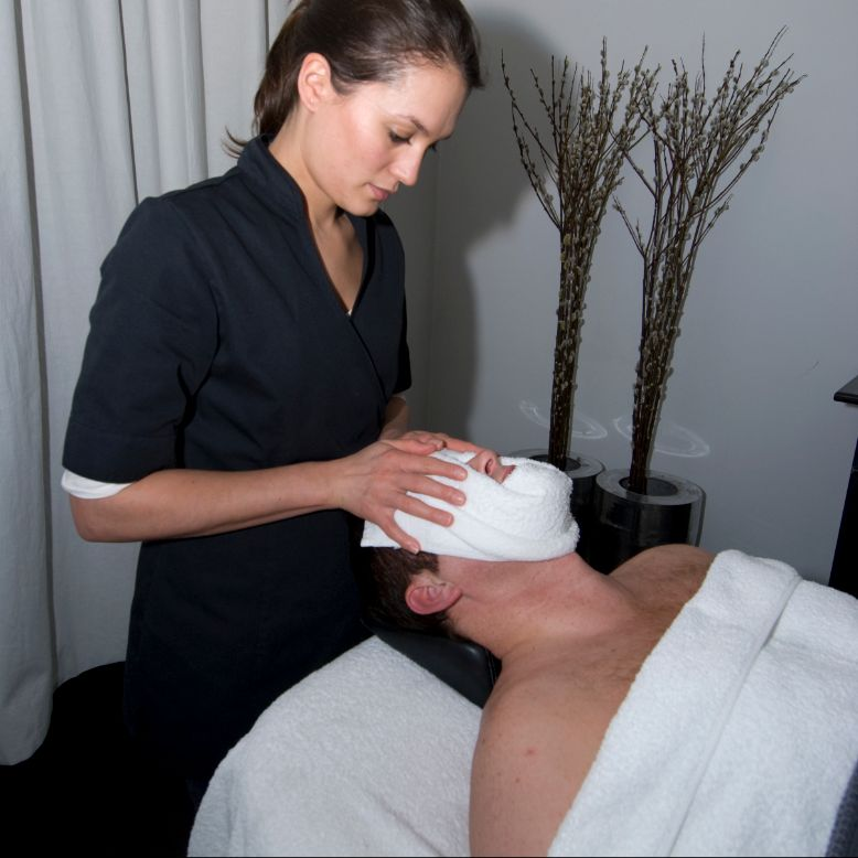 Hans krijgt facial in mannensalon manMAN in Amsterdam