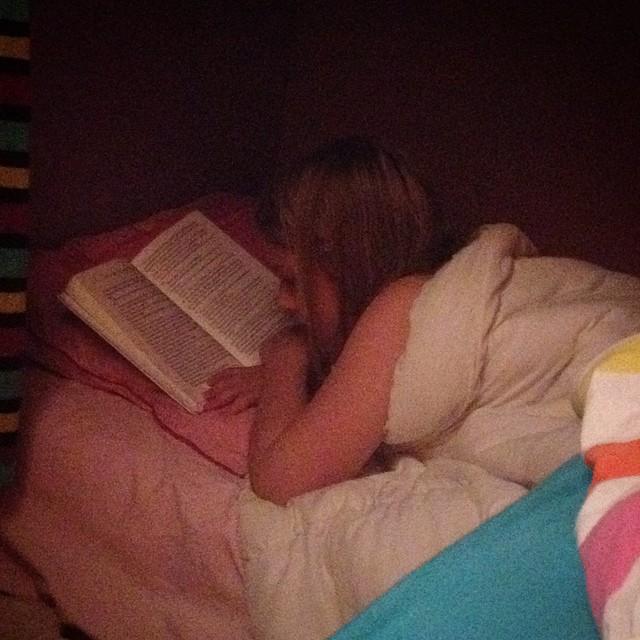 Midnight reading in El Caravanno? @pip_en_garfield