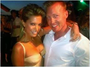 Dominique en Sylvie van der Vaart op feest Heitinga Ibiza