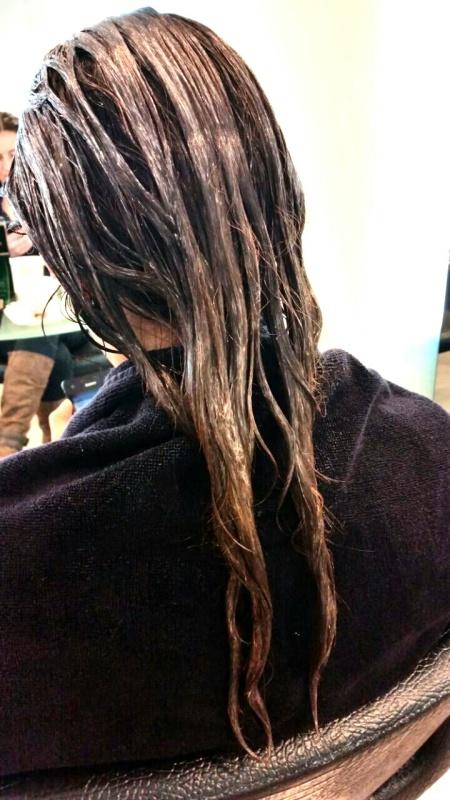 Met het serum in het haar