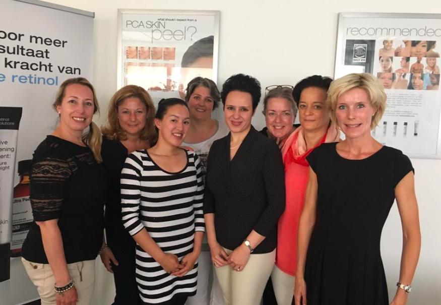 BeautyJournaal vrouwen met de trainster van PCA Skin bij Dermasthetics in Bussum