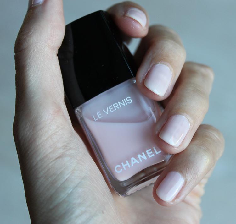 Chanel Le Vernis Handen