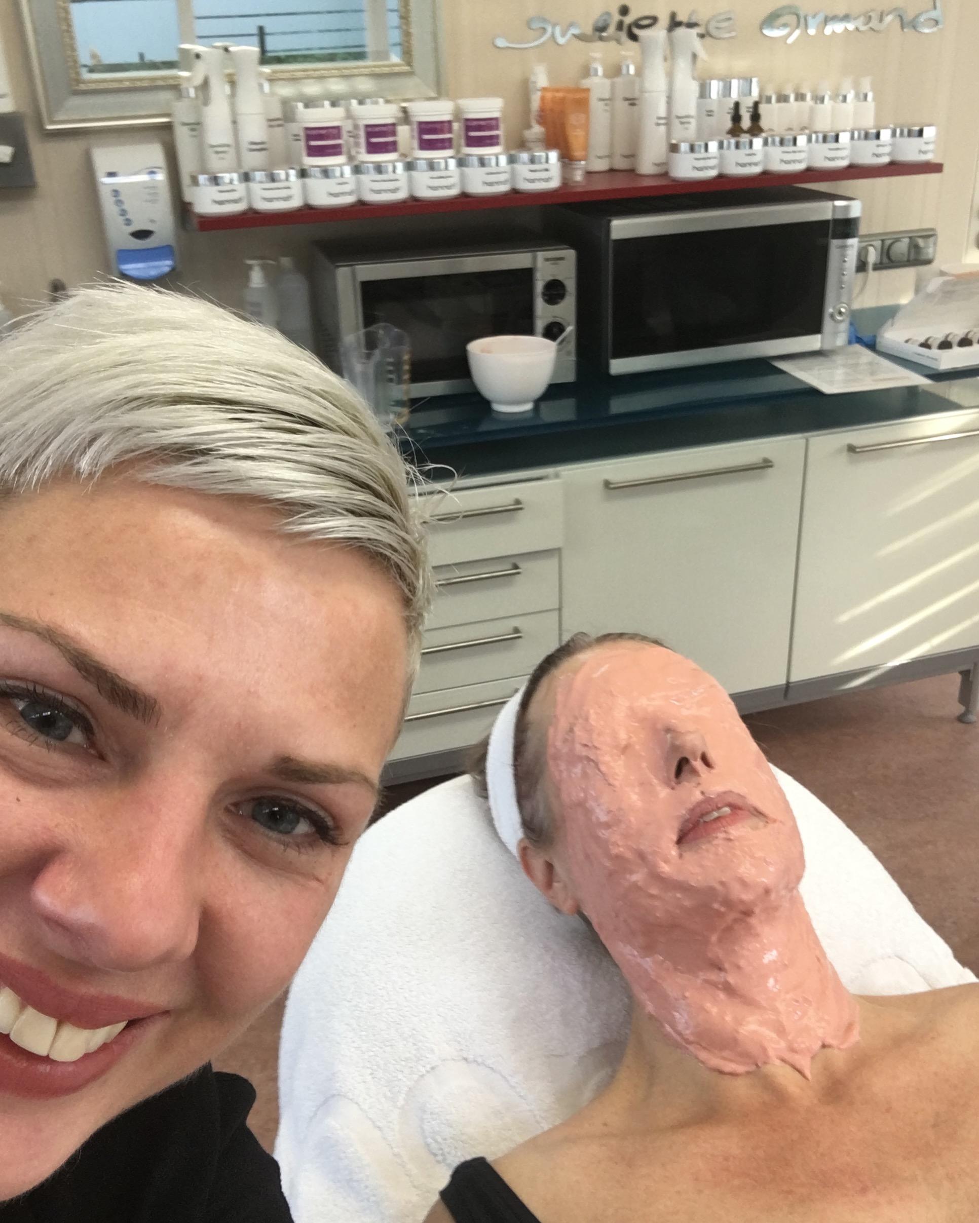 Monique ontspant tijdens het Hydra Latex Masker van Juliette Armand, en haar huidcoach Marielle blijft in de buurt;-)